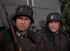 Troy und Dillon als verkleidete deutsche Soldaten.